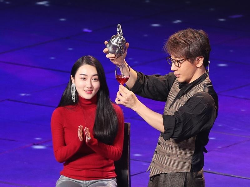 春晚刘谦魔术表演被指串通全场。网图