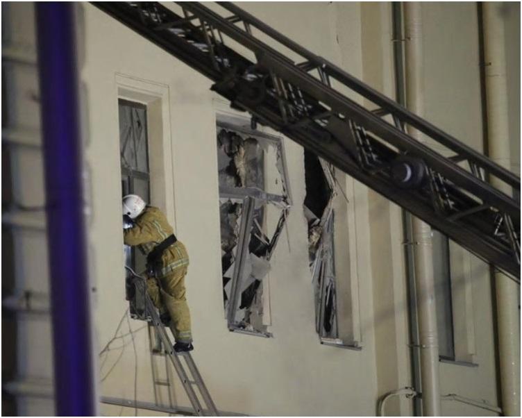 救援人员升起云梯救人。