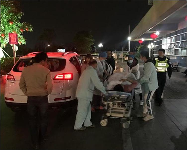 在民警开路下母二送抵医院。网图