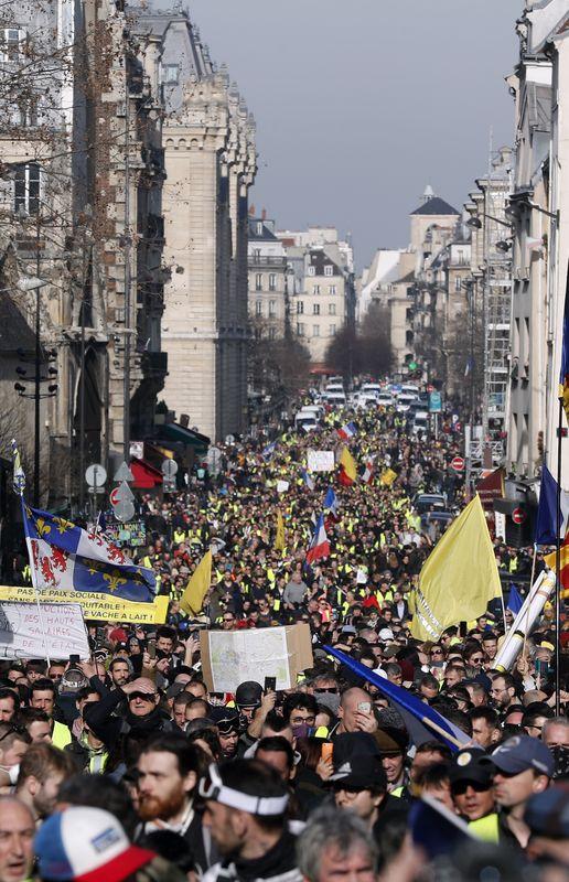 示威者沿着香榭丽舍大道前往左岸的高尚住宅区。