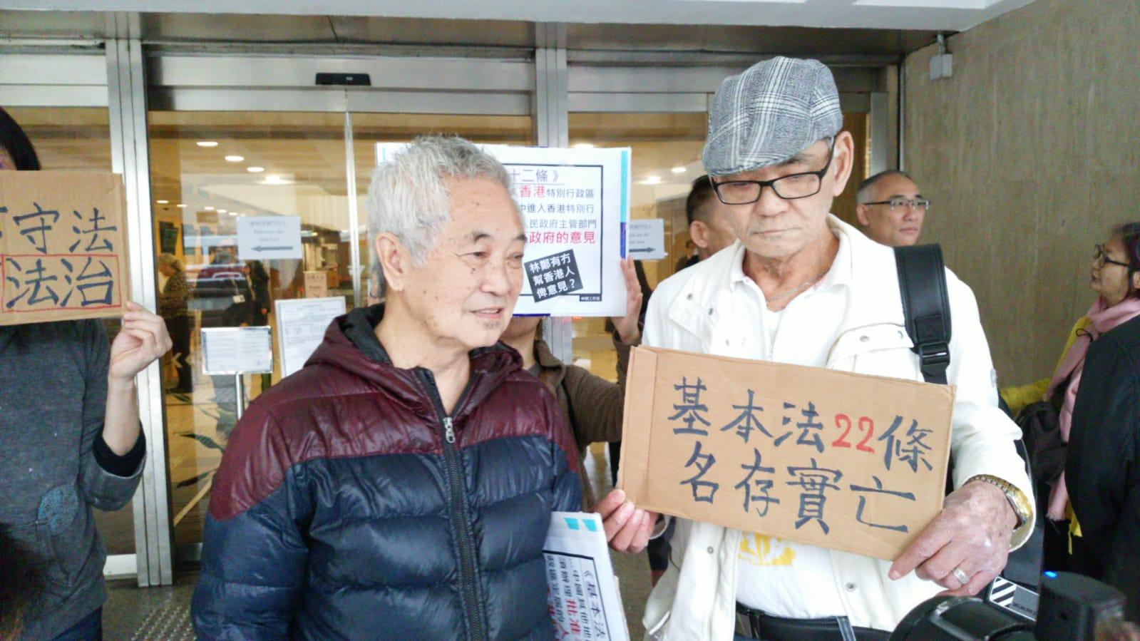 長洲居民郭卓堅今早入稟高等法院,要求法庭下令林鄭減少內地新移民的單程證名額。 黃梓生攝
