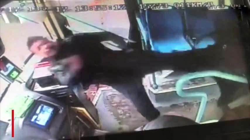 起飛腳踢干擾司機的醉酒乘客事件在網上引發爭議,警方已介入調查。(網圖)