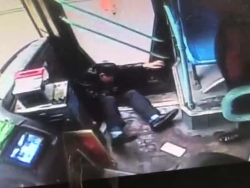 男子與巴士司機發生口角,被乘客飛踢倒地。(網圖)