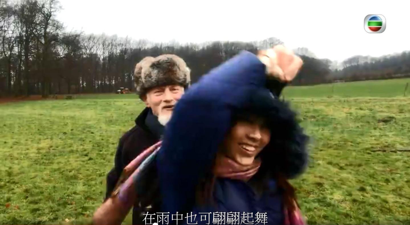 黃曉塋雨中與長者翩翩起舞。無線《長命百二歲II》截圖