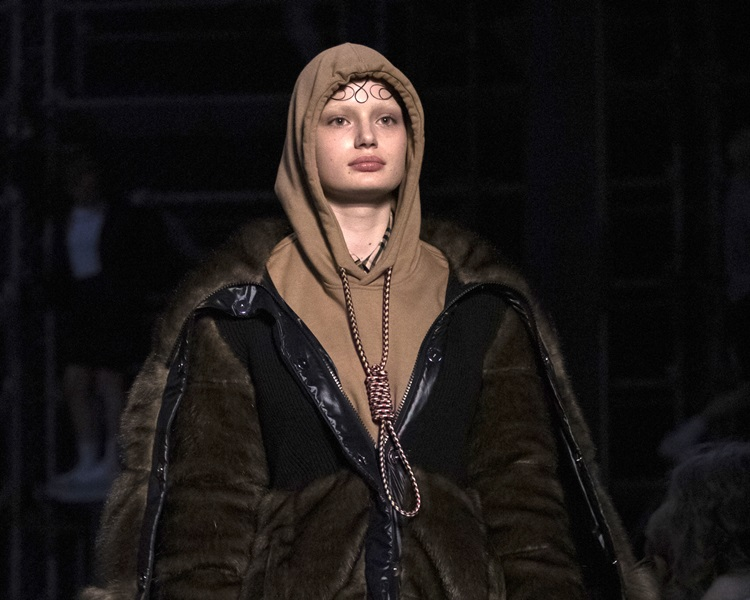 Burberry这款连帽衣的绳索落在颈部,引发上吊联想。