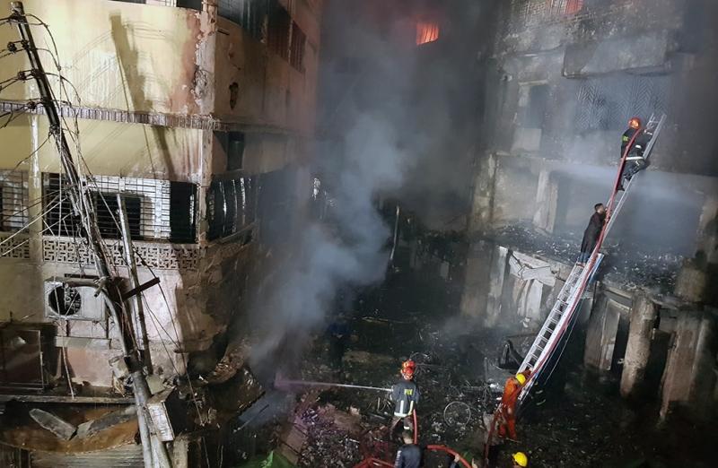 火勢迅速在這棟儲放易燃化學物品的公寓內蔓延,並延燒至臨近建築。(網圖)