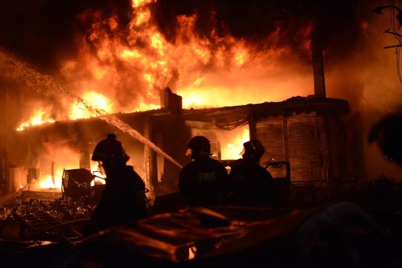 孟加拉首都一個舊區有公寓發生大火,50多人葬身火海,至少50人受傷。(網圖)