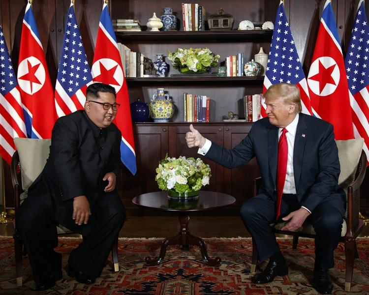 特朗普(右)表示与金正恩(左)关係很好,期望会面取得成果。