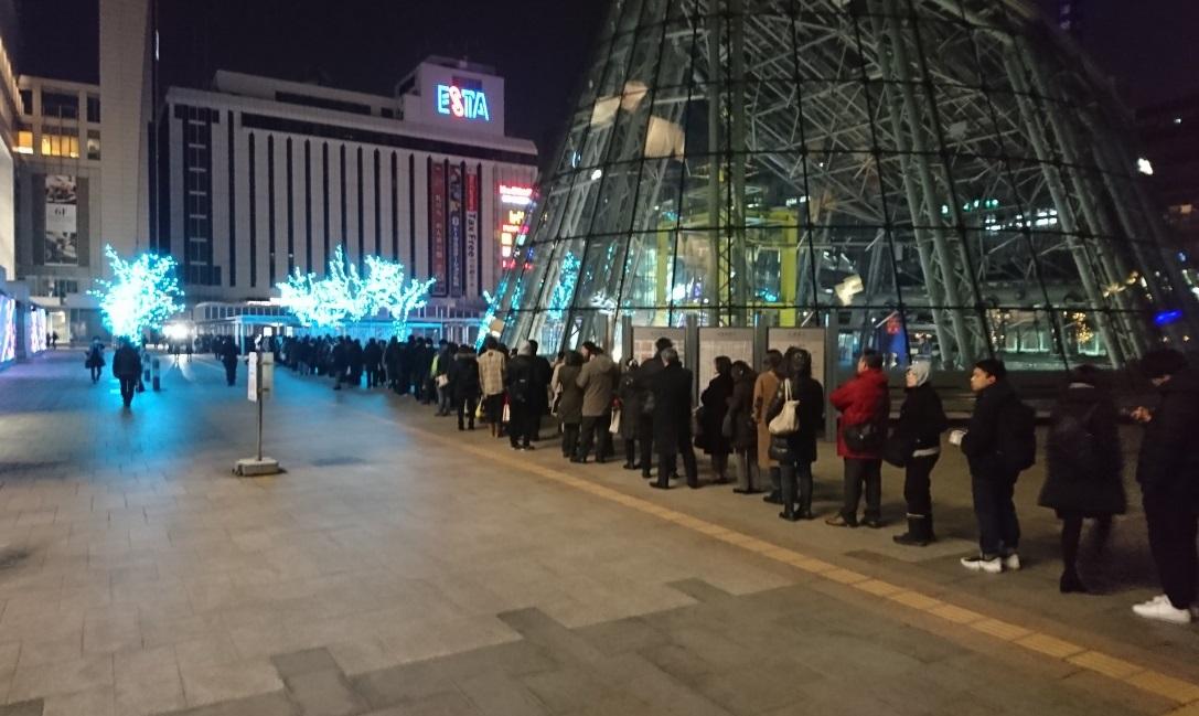 札幌民众等候地下铁重开。网上图片