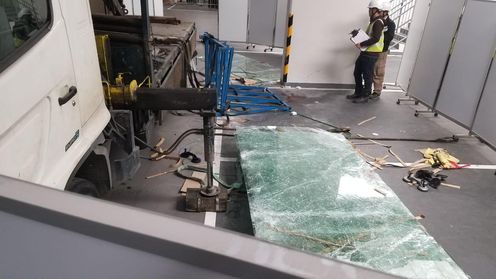 塌下的一批玻璃碎裂。 楊偉亨攝