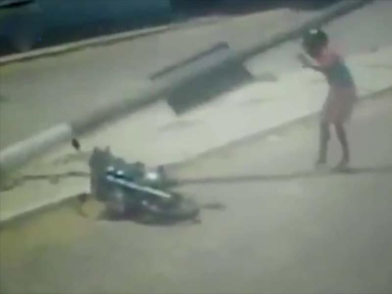 男子骑电单车擦撞失控后,又被电灯柱击中头部。(网图)