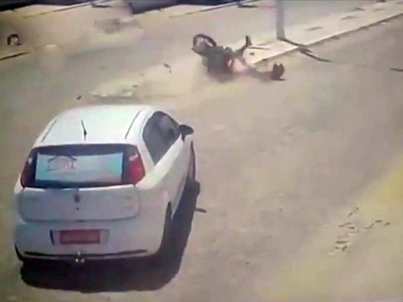 男子骑电单车3秒内2次死里逃生。(网图)