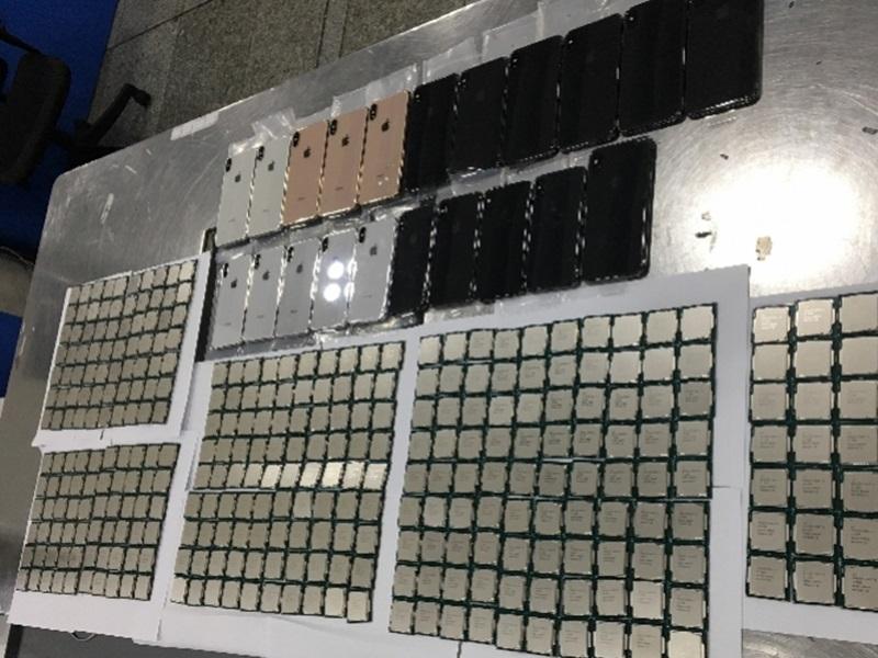 男子在腰部和腿部綁上21部全新iPhone XS Max等iPhone手機及344個CPU。網圖