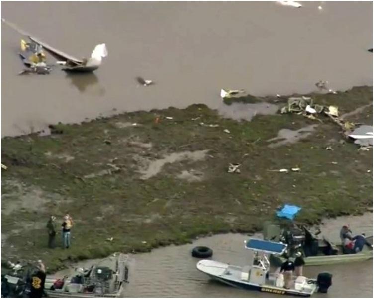 搜援人员赶到现场发现货机残骸。twitter