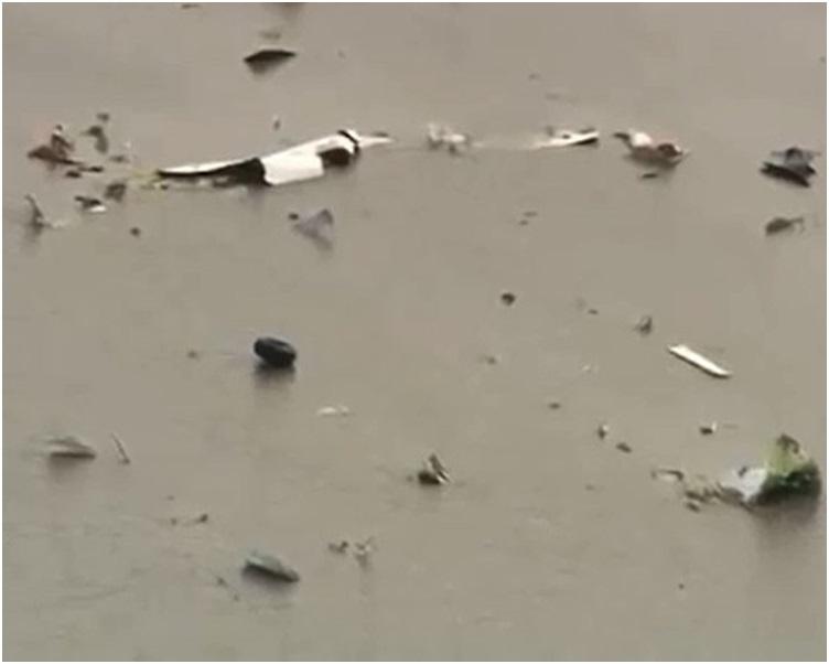 货机残骸散落在泥沼上。网图