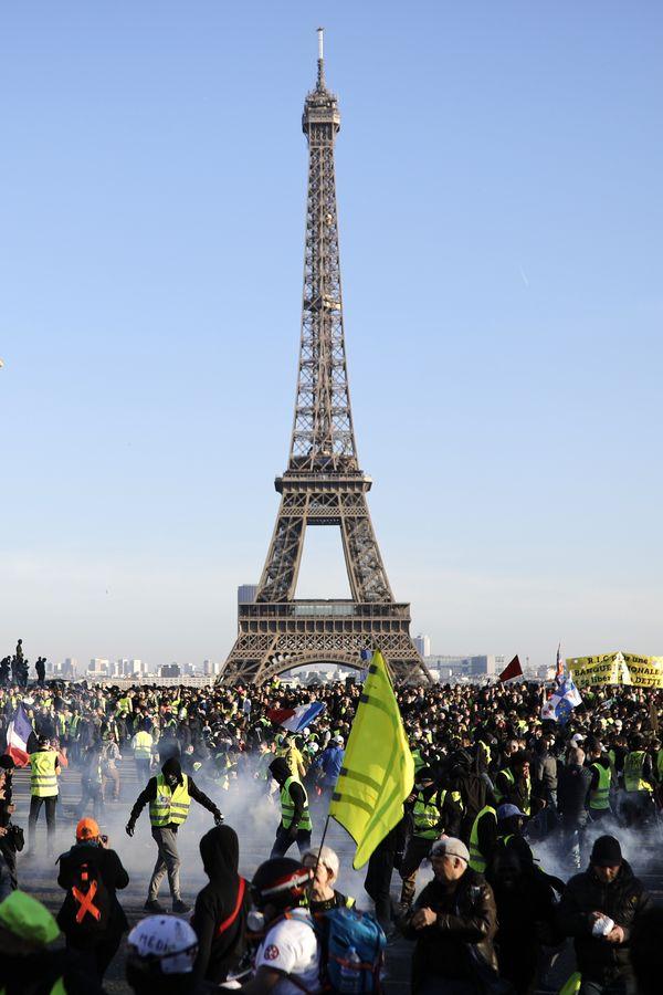 继续有数以万计的群众在巴黎和其他城市上街游行示威。
