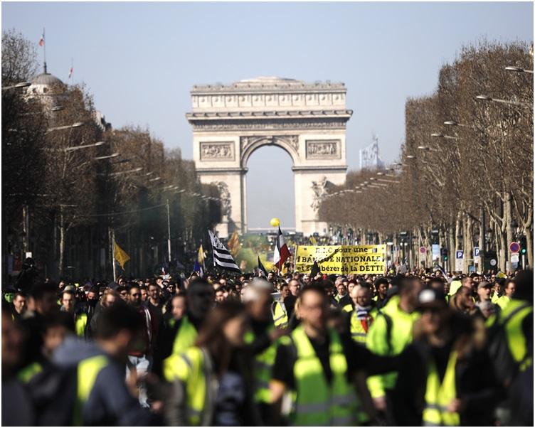 示威群众在凯旋门附近聚集。