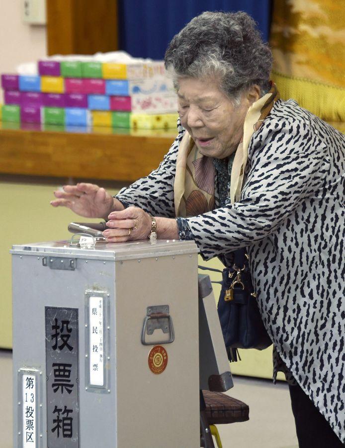 选民在天亮后陆续前往投票站投票。