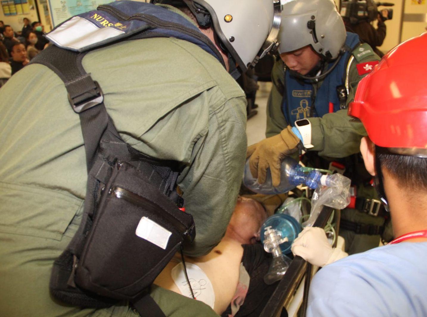 男子由直昇機送往東區醫院搶救。