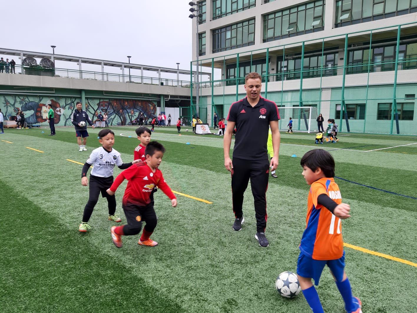 曼联名宿布朗教授小朋友足球技巧。相片由马会提供
