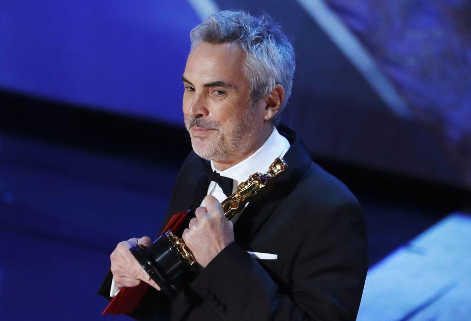 《羅馬》導演兼攝影師阿方素古朗上台領獎。