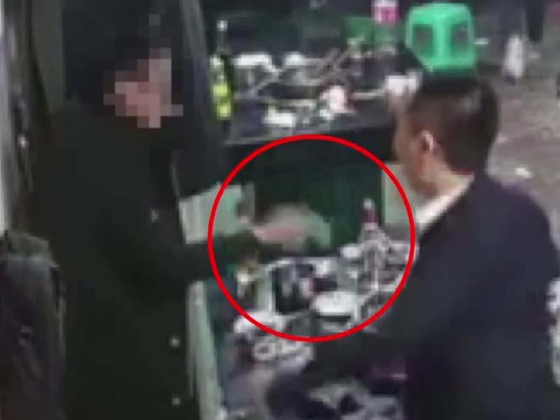 男食客故意将地上的打火机捡起,然后丢进锅内,结果引发爆炸。