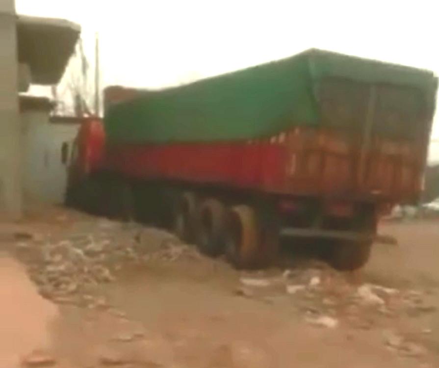 石家莊貨車逆駕撞上對面巴士站。網上圖片
