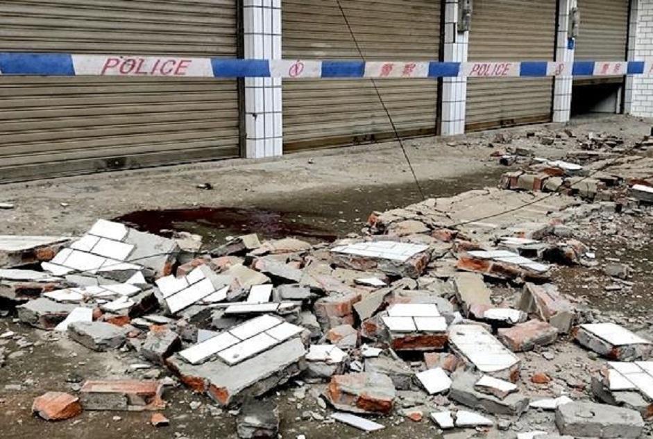 地震中2人遭跌下来的阳台护栏击中致死。网上图片