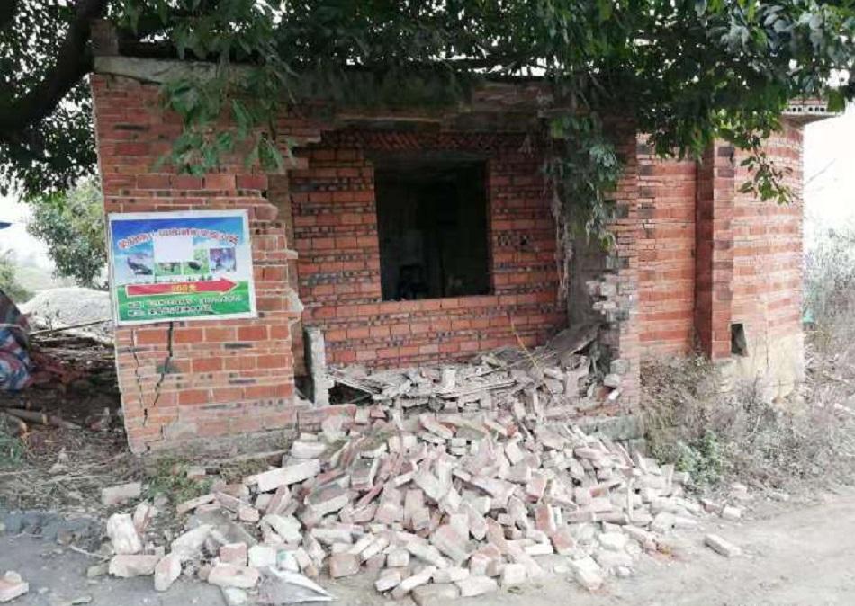 有民房砖墙倒塌。网上图片