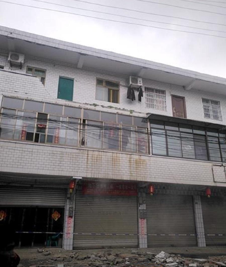 网上图片地震中2人遭跌下来的阳台护栏击中致死。网上图片