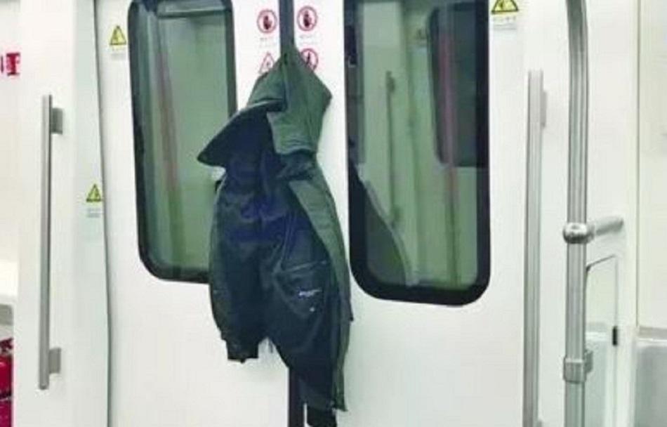 男子搭地铁外套惨被夹。网上图片