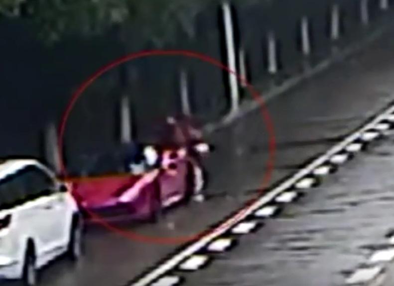 女大生连人带车撞上法拉利。网上图片
