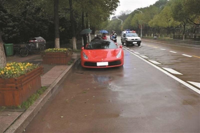 电动单车撞上法拉利。网上图片
