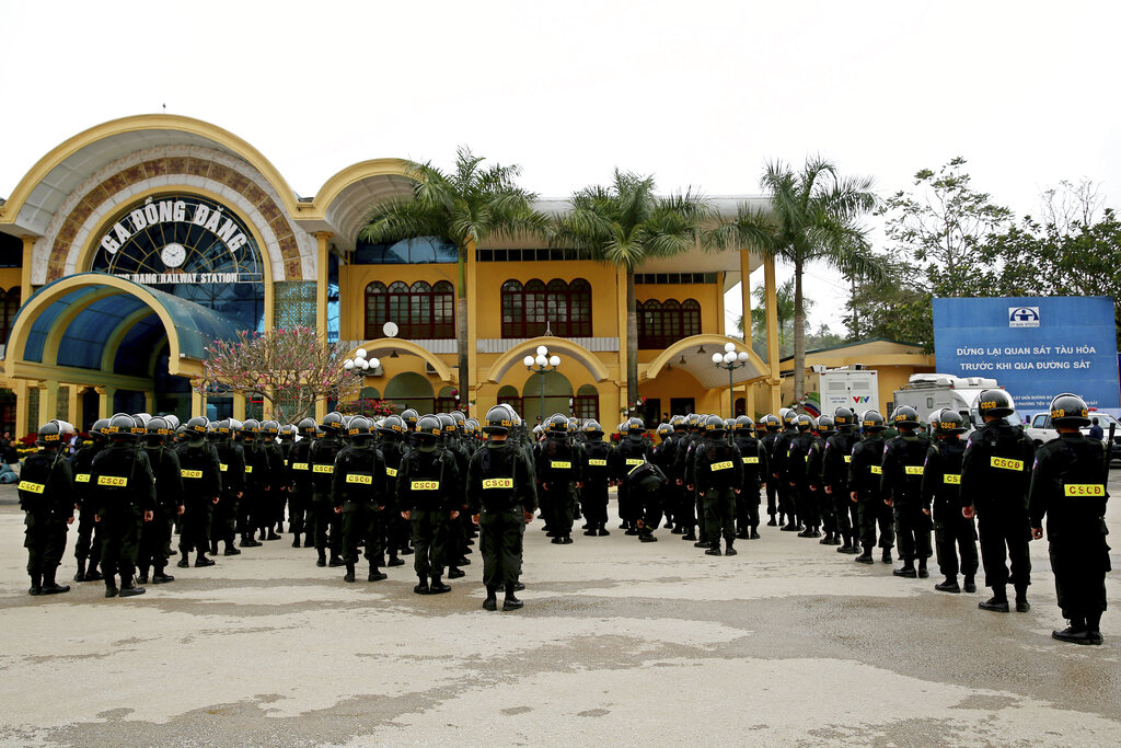 同登火车站已经驻守几百名军警人员。图片