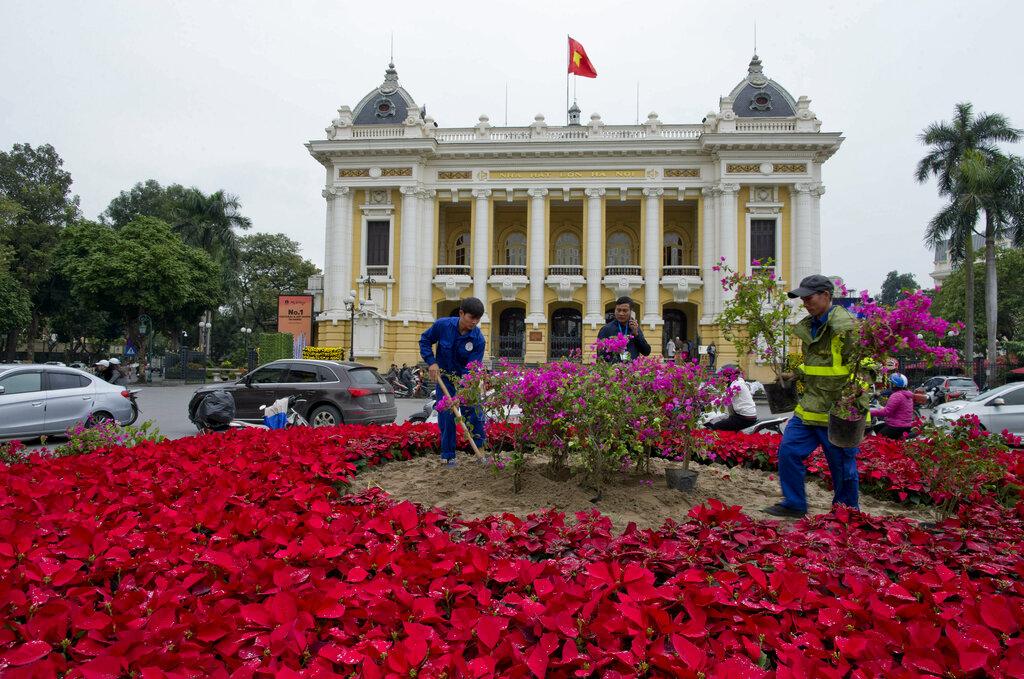 河内歌剧院外已经摆满鲜花。图片