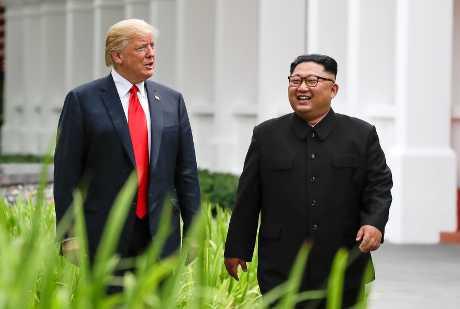 (左起)特朗普起程前往越南,出席与金正恩举行的第二次峰会。