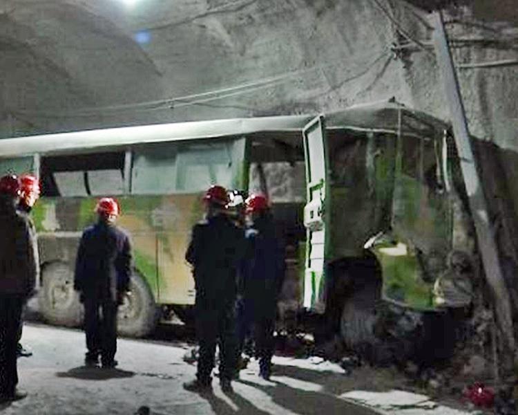 内蒙古矿井一辆运载工人的通勤巴士日前失事。网图