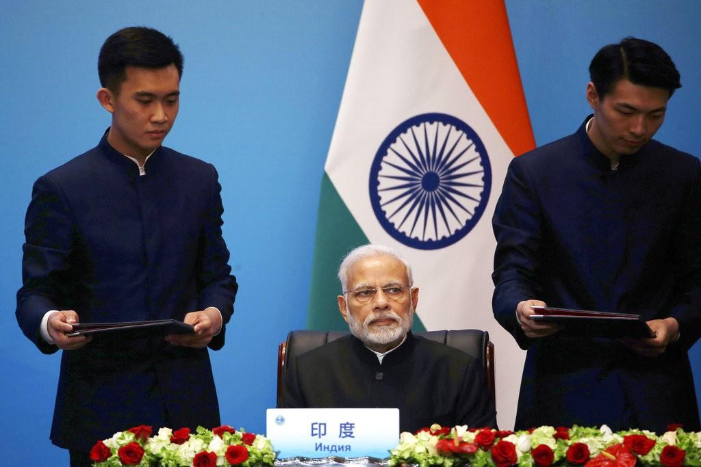 印度总理莫迪(中)。