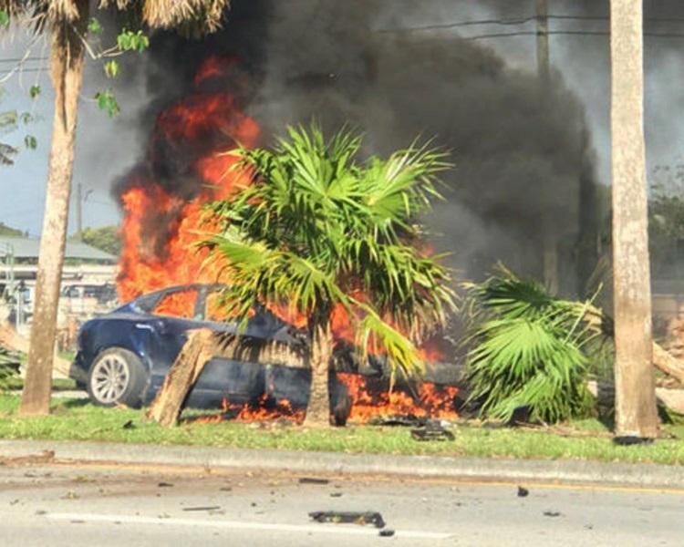美國佛州發生Tesla電動車失控意外,車身撞上路邊大樹後起火,司機被困車內身亡。網圖