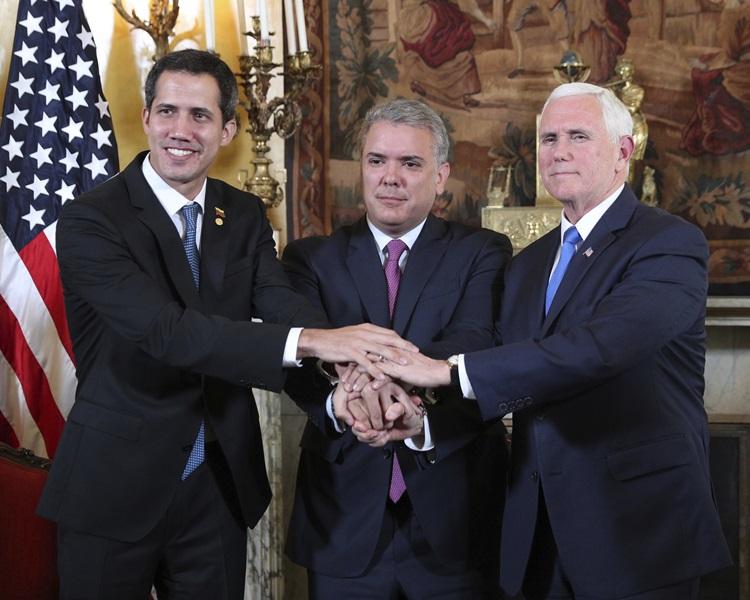 瓜伊多(左)出席「利马集团」会议,与美国副总统彭斯(右)及哥伦比亚总统Ivan Duque(中)握手。
