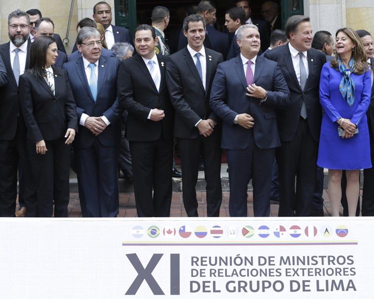 瓜伊多(中)与利马集团成员国代表合照。