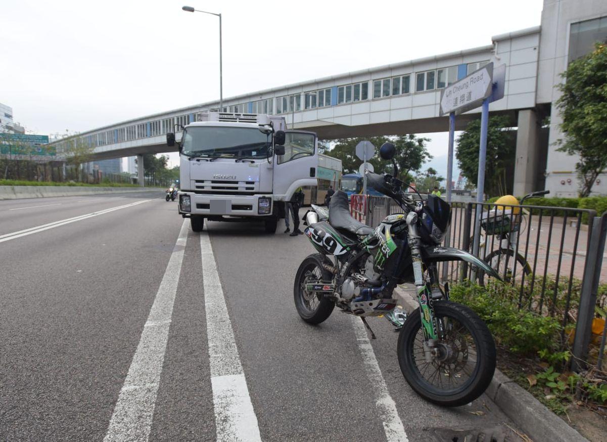 涉事電單車及貨車。