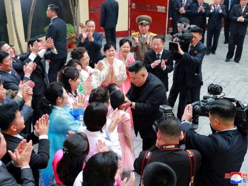 金正恩昨日到北韩驻越南大使馆,了解使馆的工作情况。(朝中社)