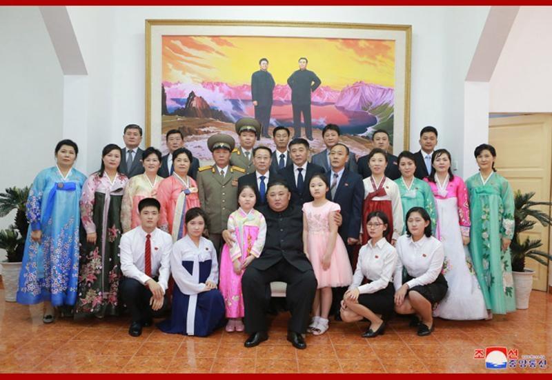 金正恩与驻越南大使馆人员及家属合照。(朝中社)
