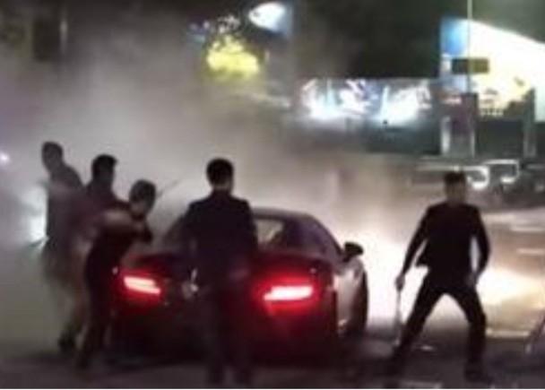 夜店保安用铁棍撃毁停在店前的私家车。