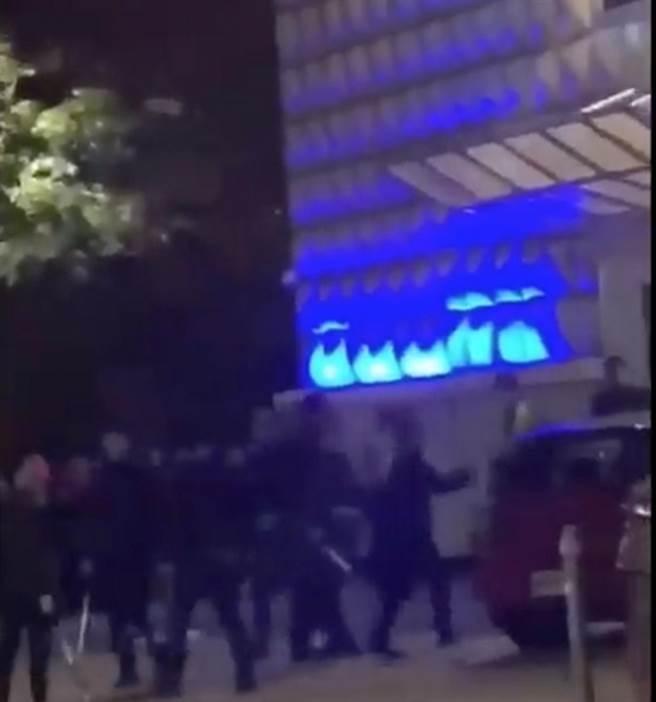 台中夜店X-CUBE,发生酒客冲突,进而演变成酒店保安人员与客人群殴乱战。