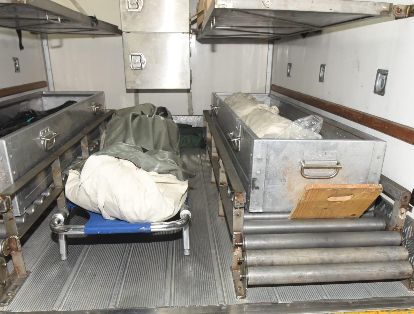 左:男死者遺體;右:女死者遺體