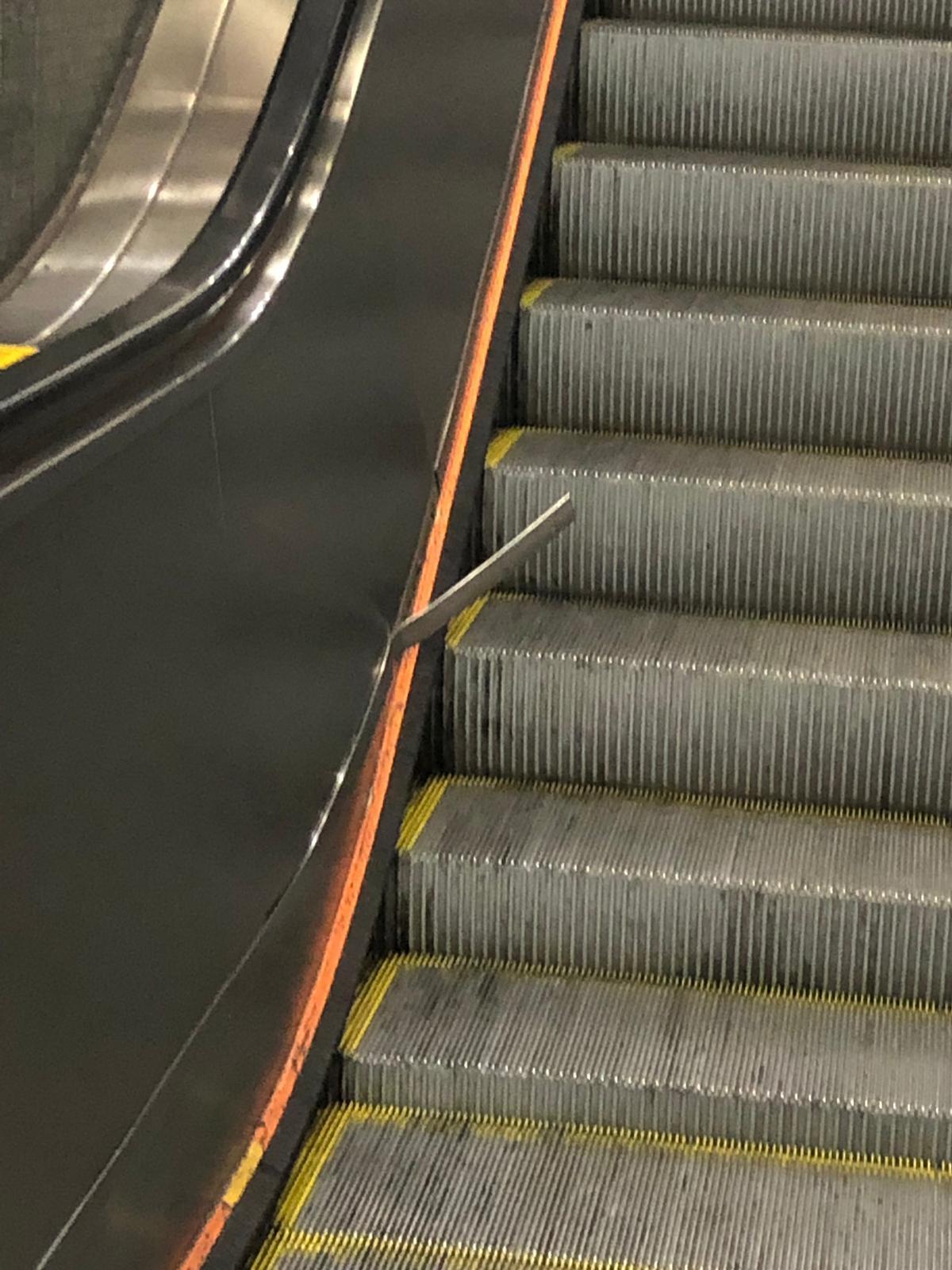 涉事電梯彈出鐵片(左)。 乘客陳先生提供