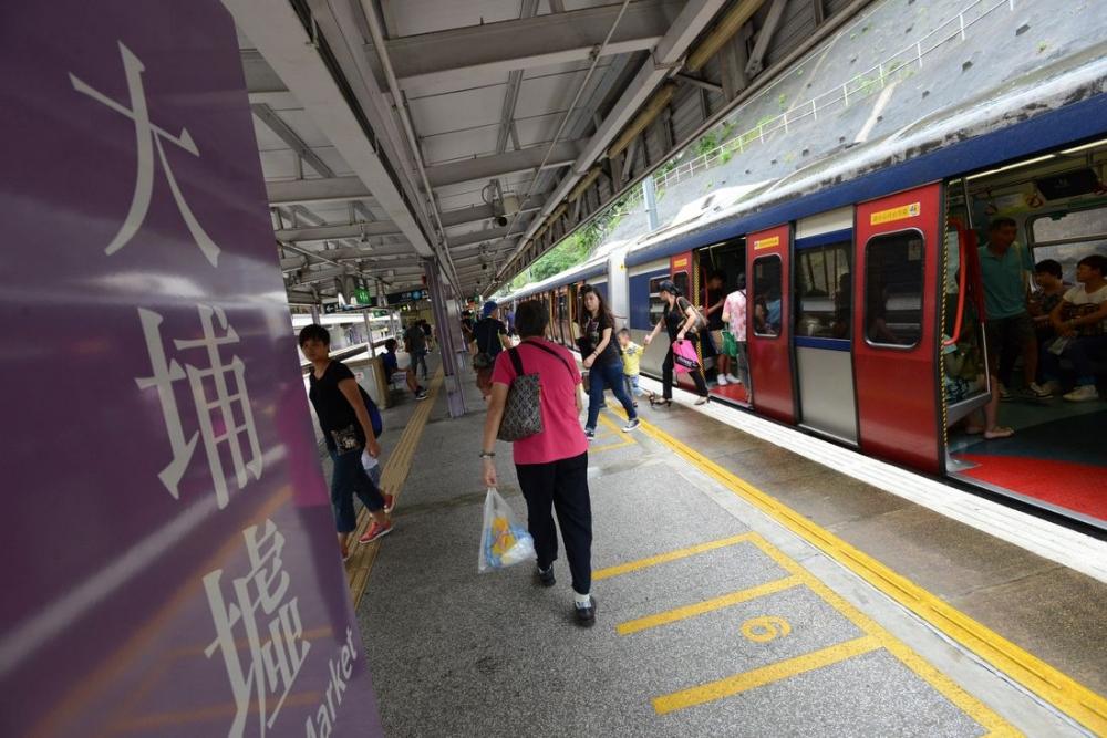 一列北行的列車駛至大埔墟站時傳出一聲巨響。資料圖片