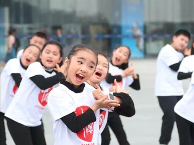 小朋友拍MV撑华为,T恤胸口印「中国心」。网上图片